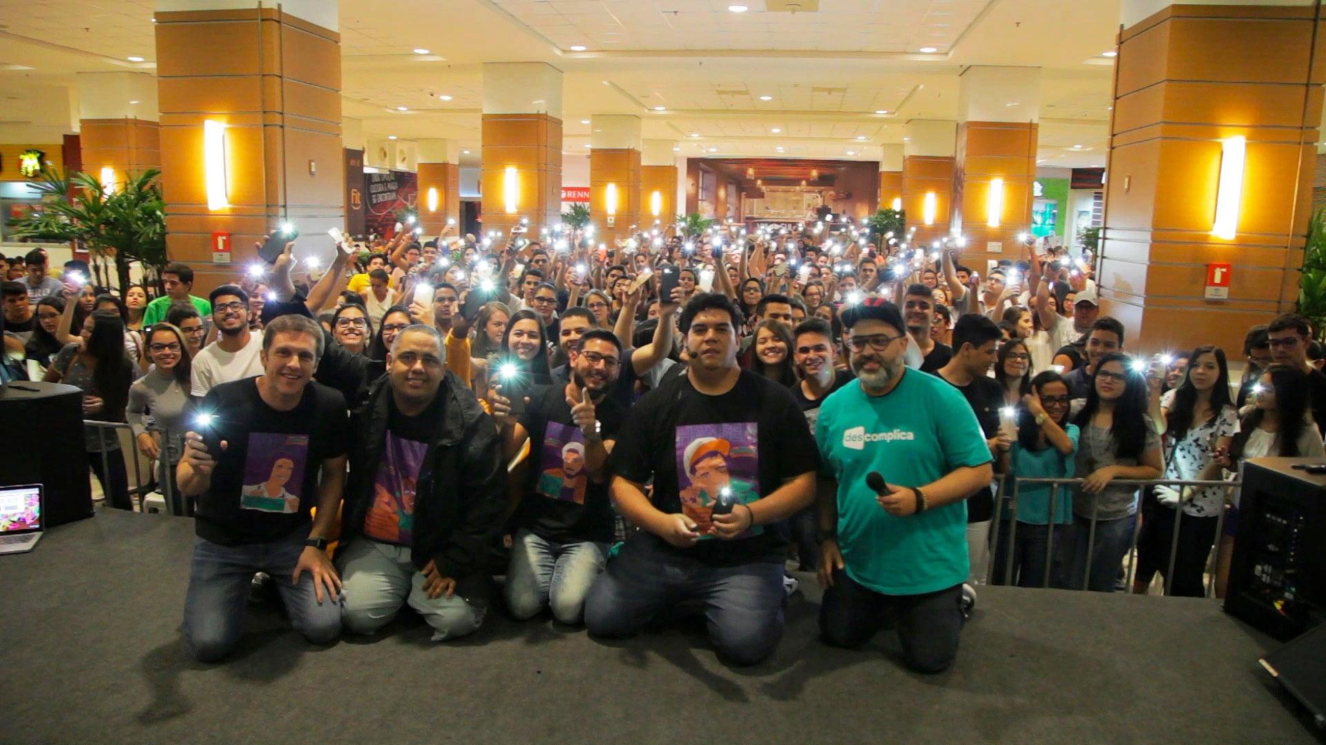 Aulão Descomplica no Shopping Via Sul, em Fortaleza - foto com professores e uma multidão de alunos
